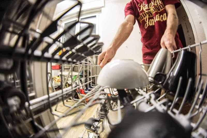 Spülmaschine reinigen: 3 Hausmittel die garantiert helfen!