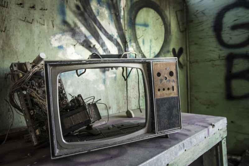kaputter und auseinandergebauter Fernseher