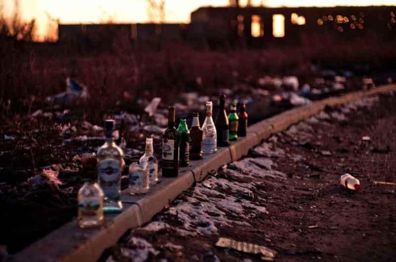 Altglas entsorgen mit verschiedenfarbigen Glasflaschen