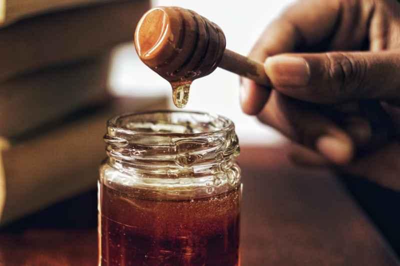 Ein Glas Honig als Hausmittel gegen Herpes im Gesicht