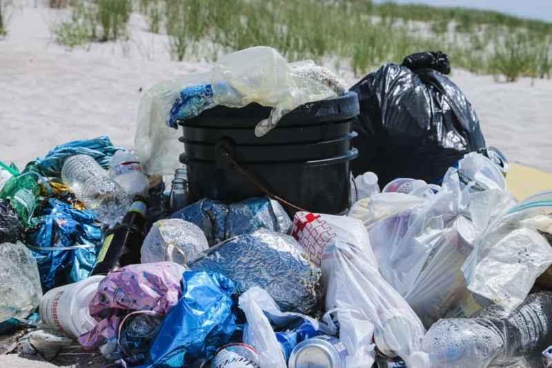 viel Plastikmüll auf einem Haufen
