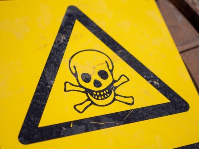 Gefahrensymbol mit Totenkopf für Sondermüll