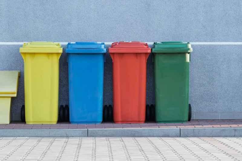 farbige Mülltonnen