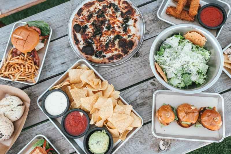 Ein Tisch voll mit Essen um einen Kater vorzubeugen